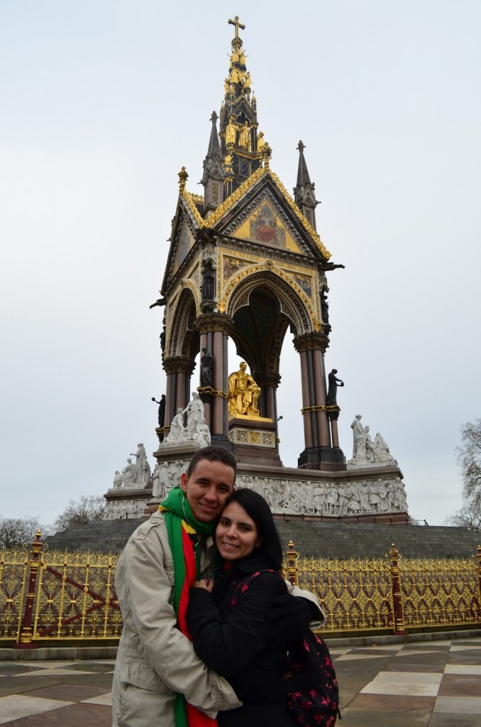 Com o marido no Albert's Memorial - Hyde Park