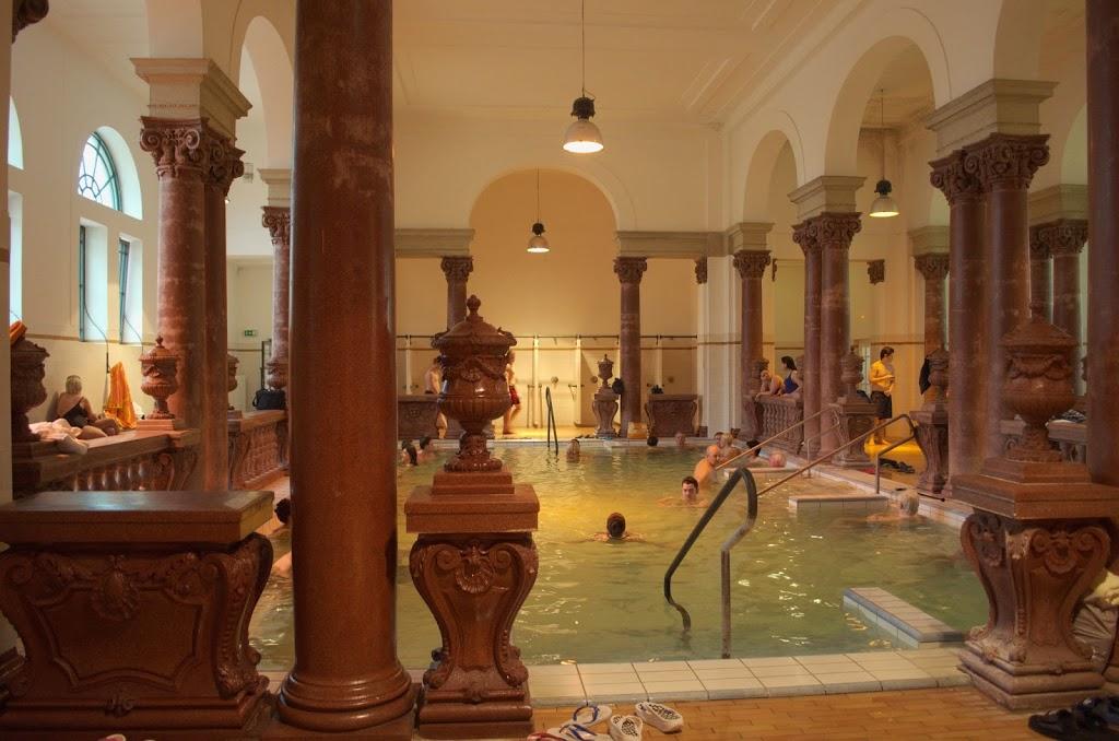Piscina interna e detalhes da arquitetura interna do Széchenyi thermal bath