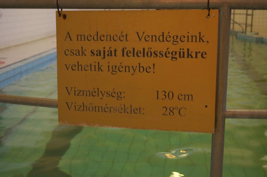 Indicações de temperatura e profundidade em uma das piscinas internas