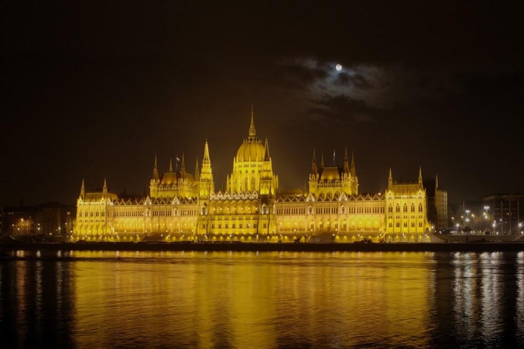 Parlamento Húngaro em noite de lua cheia :)