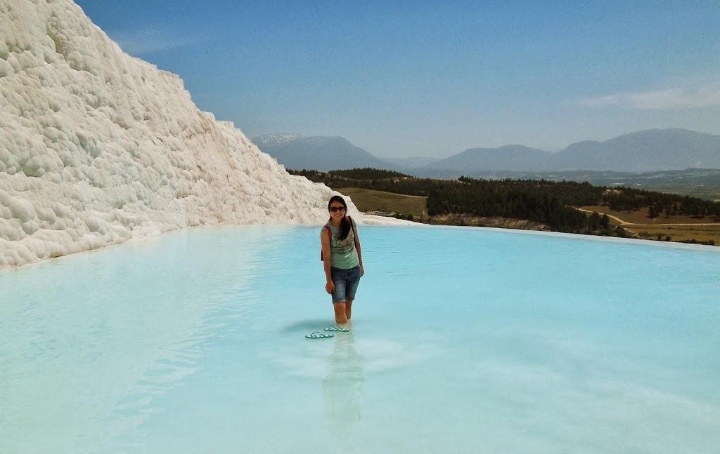 Água azul e límpida nas piscinas termais de Pamukalle (detalhe na sandália boiando!)