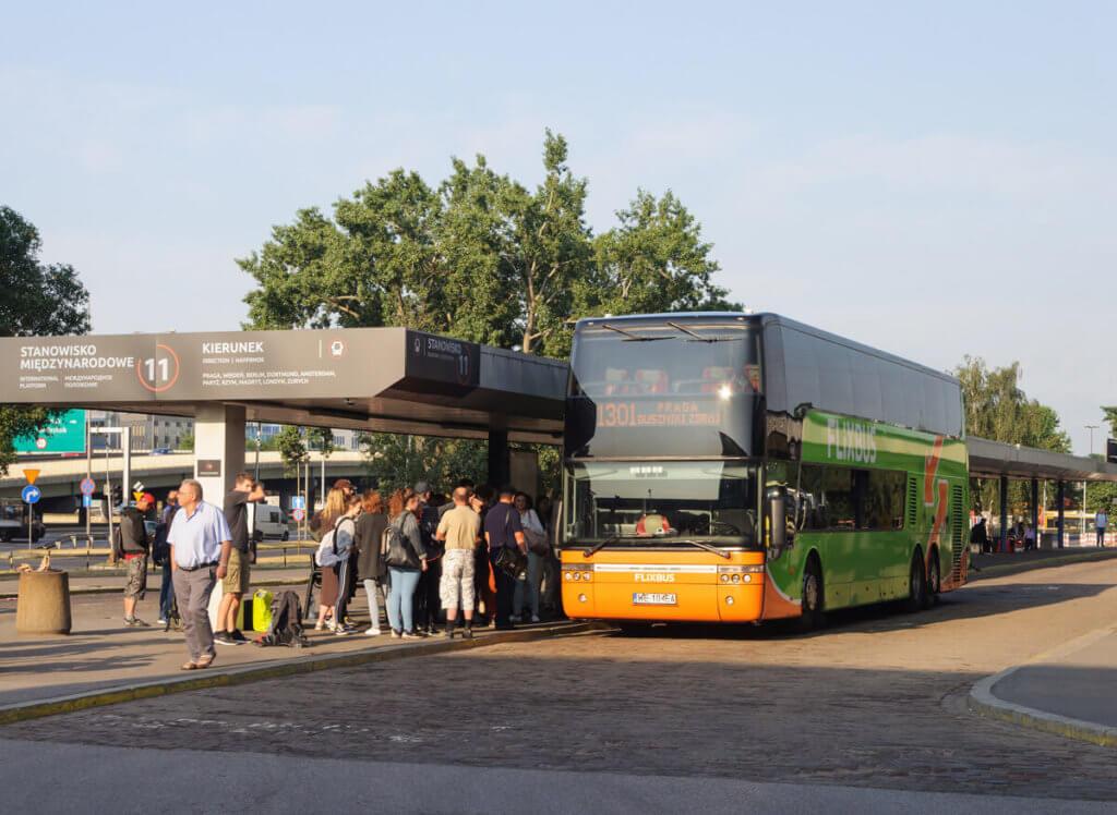 Parada de onibus da flixbus - viajar de ônibus na europa