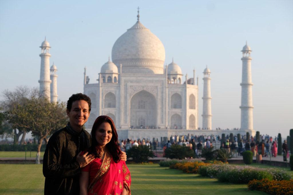 Casal em frente ao Taj Mahal